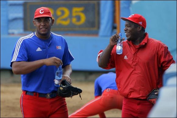 Entrenamiento rumbo al Clásico Mundial de Béisbol.  Yadier Pedroso, junto a Vladimir García. Foto: Ismael Francisco/Cubadebate.