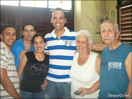 Equipo Deporcuba con Elio Menéndez y su esposa Cari. En su casa de Churruca 332