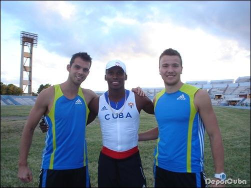 Eelco Sintnicolas, Leonel Suárez y Peter Brawn durante una base de entrenamientos a finales de 2012 de los holandeses en La Habana