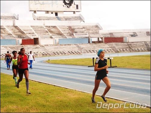 Nuevas atletas del equipo de salto con pértiga
