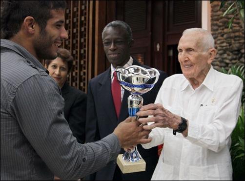 José-Ramón-Fernández-entrega-el-premio-al-mejor-atleta-del-año-2013