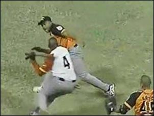Instante en el que el matancero Demis Valdés agrede con el madero al pitcher naranja Freddy Asiel Álvarez. (Foto Internet)
