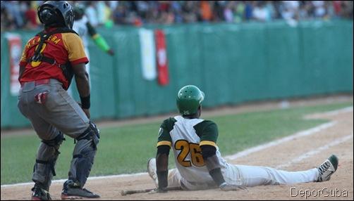 Osniel Madera se sienta en el home a disfrutar su jinrron que decicidio el juego. Foto: Ismael Francisco/Cubadebate.