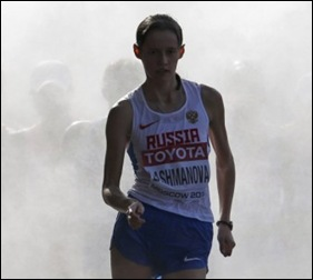 La-rusa-Elena-Lashmanova-sale-de-los-vaporizadores-de-agua-durante-la-final-de-20-km-marcha-en-la-que-logró-el-oro.MAXIM-SHEMETOV-REUTERS-580x371