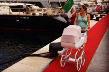 Yelena Isinbayeva pasea a Eva por Monaco