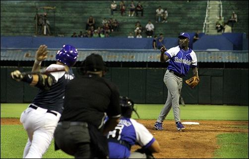 Noelvis Entenza ve volar el jonrón de Yunior Paumier que pone el juego 2-1. (Foto: Reynaldo Cruz)