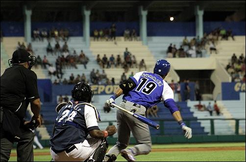 Lourdes Y. Gurriel (los tres hermanos ya no levarán Gourriel en la espalda) pega hit al izquierdo. (Foto: Reynaldo Cruz)