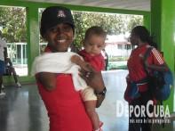 Yunidis Castillo, la miltilaureada atleta paralímpica cubana, con su bebé.
