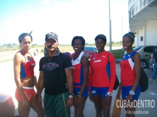 Faustino Hernández con las atletas de 400m_atletismo Deporcuba