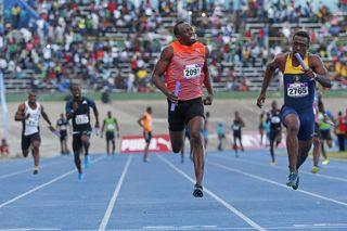 Usain Bolt pelea por la victoria con Tracey.