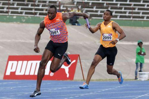 Bolt recibe el testigo antes de encarar la última posta.