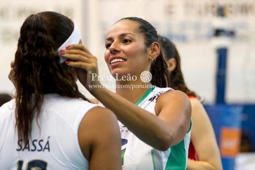 -Paula Pequeno se despojó de su vincha blanca característica para colocarse a su excompañera de selección Sassá (ella fue convocada por Zé Roberto para jugar de líbero).