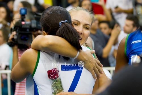 """- Un mar de emociones se apoderó del coliseo y entre lágrimas y abrazos, """"Fofão"""" agradeció una a una a las participantes del partido con una rosa."""