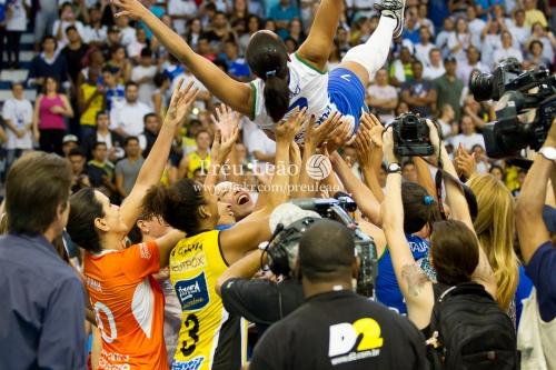"""- Para terminar el juego, todas las atletas invitadas se ubicaron en el campo esperando el último saque de """"Fofão"""" que selló su gran carrera como voleibolista. Luego la levantadora fue alzada en brazos por sus compañeras."""