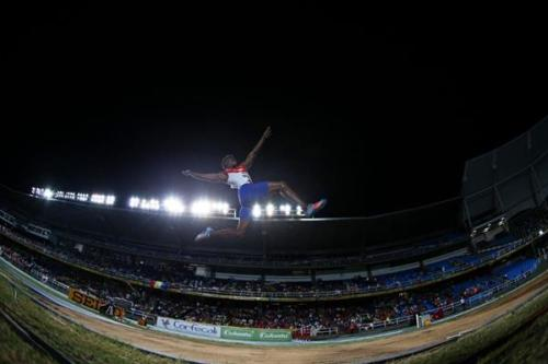 Maykel Massó en pleno salto