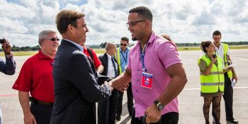Antonio Castro recibe a delegación de la MLB