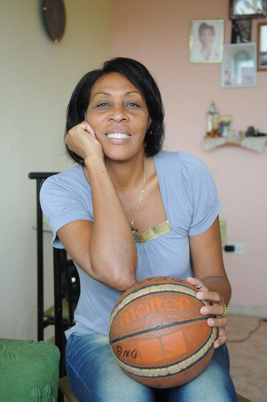Leonor Borrell conserva todavía esa pasión por el baloncesto que la llevó a estar en la élite mundial de este deporte.Autor: Raúl Pupo