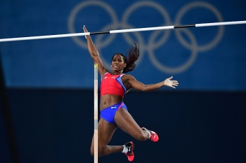 Cuba's Yarisley Silva competes in the Women's Pole Vault Final during the athletics event at the Rio 2016 Olympic Games at the Olympic Stadium in Rio de Janeiro on August 19, 2016. / AFP / FRANCK FIFE (Photo credit should read FRANCK FIFE/AFP/Getty Images)